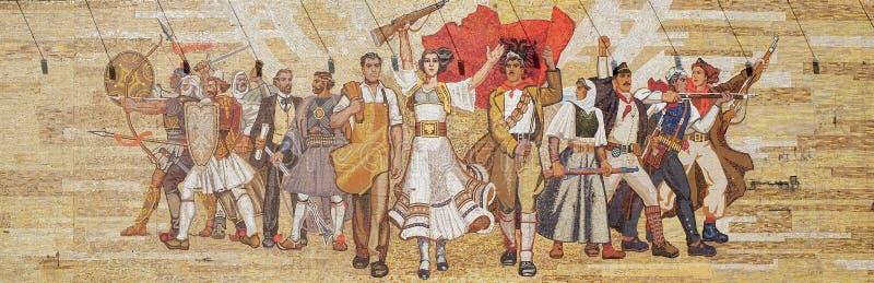 Mosaïque au-dessus du musée national d'histoire comportant la propagande socialiste et le révolutionnaire héroïque, Tirana photos stock