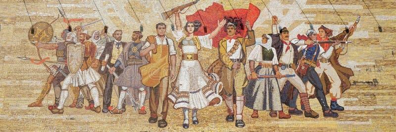 Mosaïque au-dessus du musée national d'histoire comportant la propagande socialiste et le révolutionnaire héroïque, Tirana image libre de droits