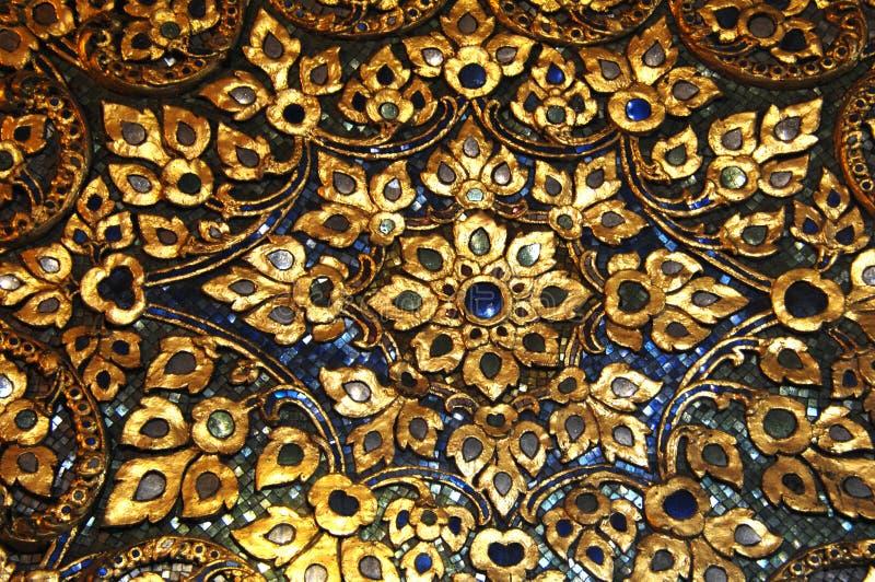 Mosaïque avec le détail du sabot de fleur de noir bleu d'or Bangkok, Thaïlande photo stock
