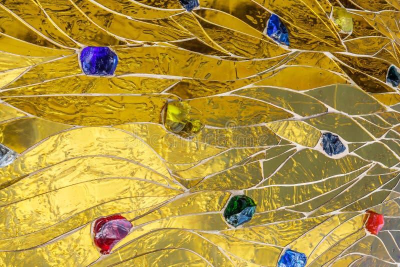 Mosaïque d'or décorée du fond coloré de pierres Metalli brillant brillant lumineux d'or jaune de texture décorative brillante de  photographie stock