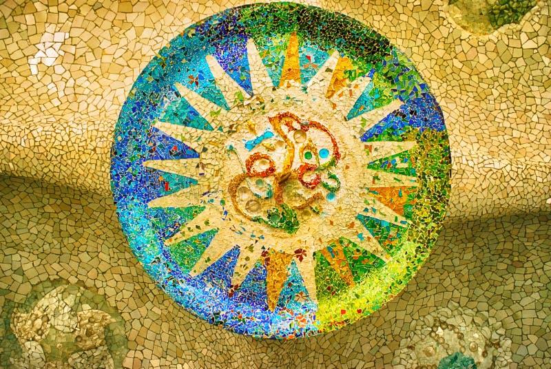 Mosaïque de Sun chez le Parc Guell, Barcelone image libre de droits