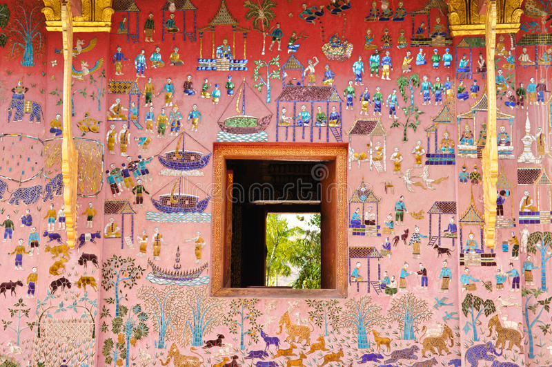 Mosaïque en verre au mur de temple de lanière de xieng de wat, Laos photos stock