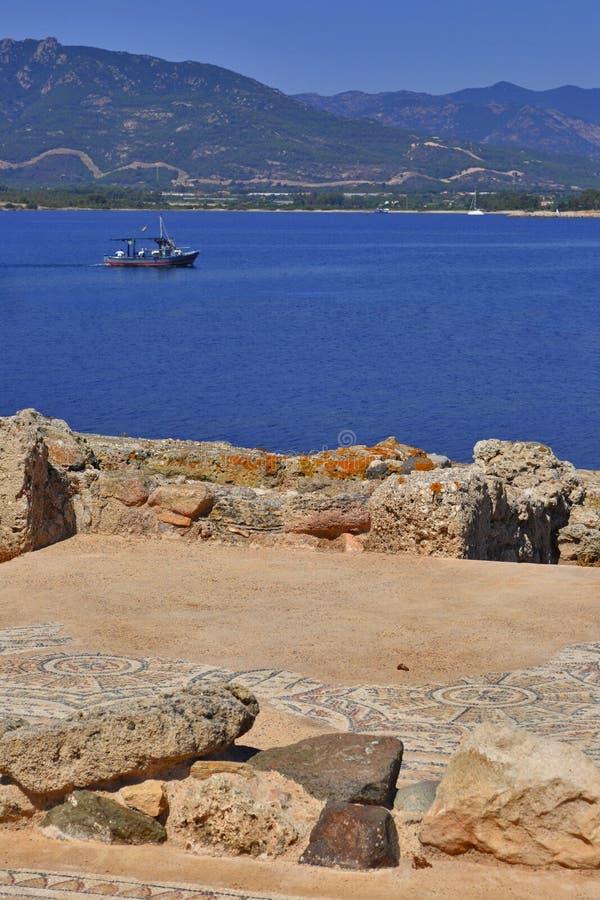 Mosaïque et mer romaines photo stock
