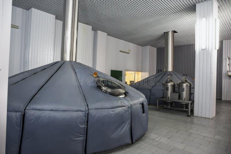 Mosa vats på den moderna ölfabriken, industriellt jäsa tankar, brygga produktion arkivfoton
