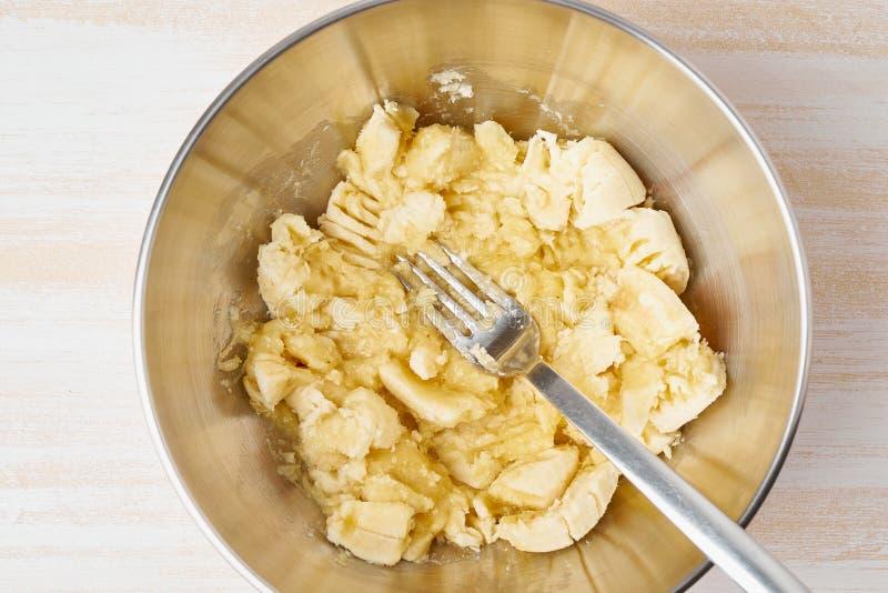 Mosad banan Steg-f?r-steg recept hemlagat bananbr?d B?sta sikt, tr?tabell royaltyfri fotografi