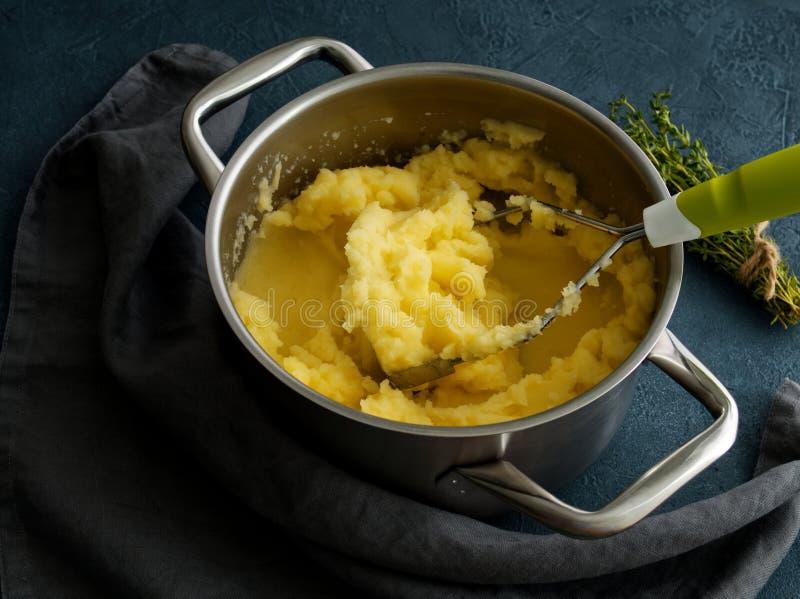 Mosade potatisar i bunke på den mörka stenblåtttabellen, rosmarin, servett, sidosikt, slut upp fotografering för bildbyråer