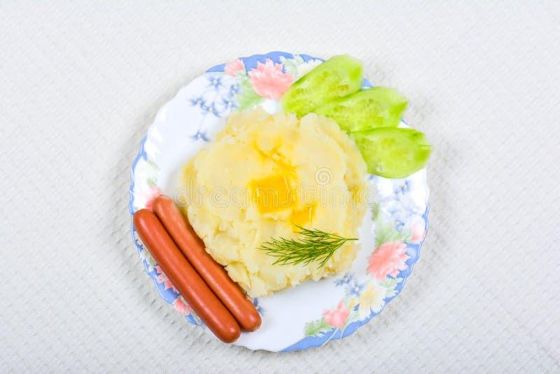 Mosade potatisar med korvar royaltyfri bild