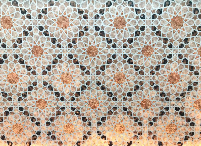 Mosaico árabe bonito com a parte inferior retroiluminada em Bab Al Qasr Hotel fotografia de stock