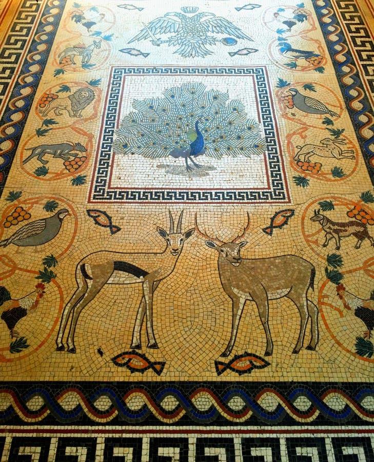 Mosaico animal do assoalho na igreja ortodoxa grega imagens de stock