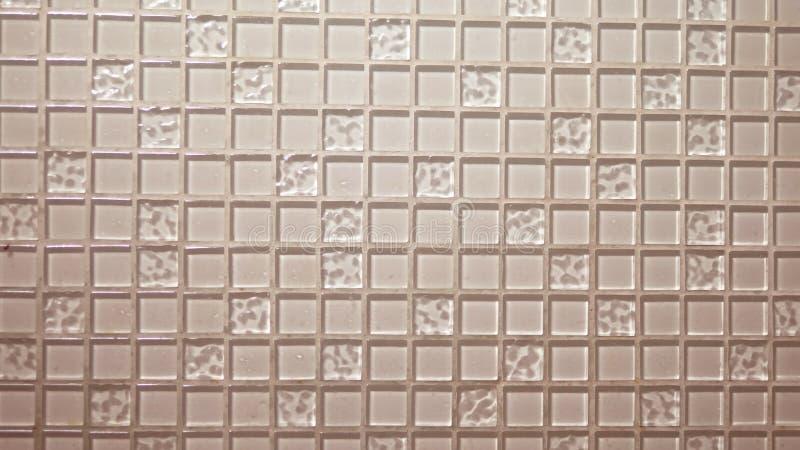 Mosaico beige del fondo de la textura, pequeñas tejas transparentes cuadradas en la pared El panel de cristal para la cocina ilustración del vector
