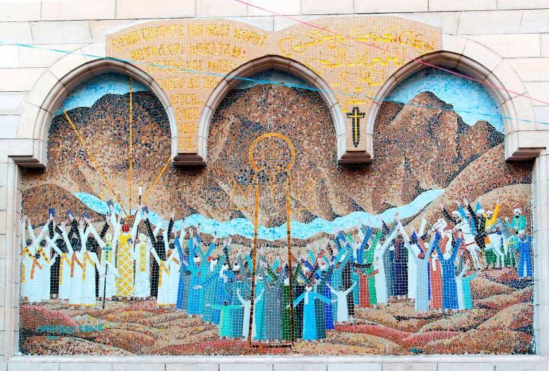 Mosaico che rappresenta Jesus Christ all'entrata di piccola chiesa copta con un portico di legno della colonna fotografia stock libera da diritti