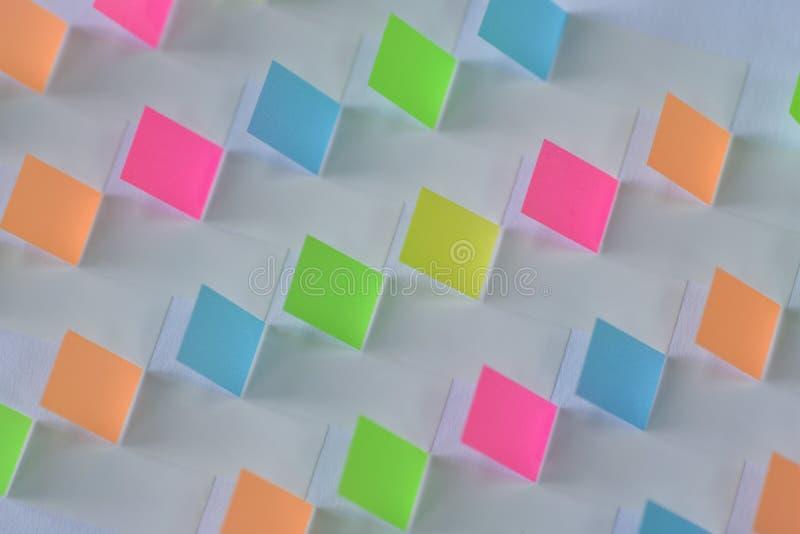 Mosaico da textura do fundo de etiquetas coloridas com sombra no Livro Branco fotografia de stock