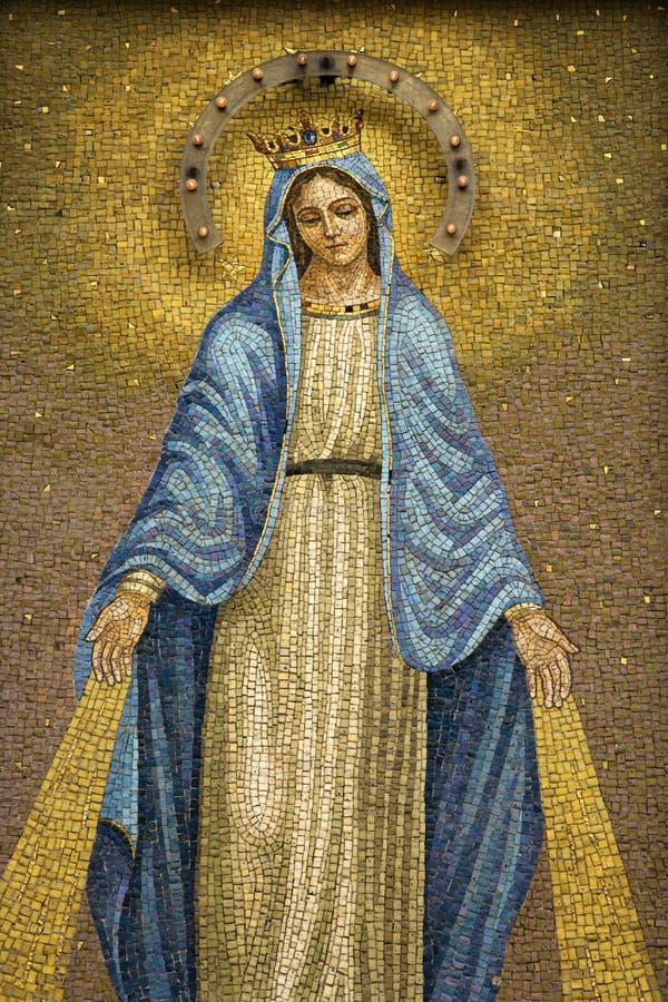 Mosaico de la Virgen Maria que desgasta una corona fotos de archivo libres de regalías