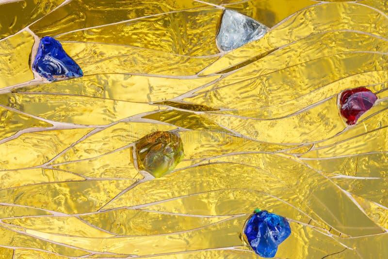 Mosaico de oro adornado con el fondo coloreado de las piedras Metalli brillante brillante brillante de la textura decorativa amar fotos de archivo