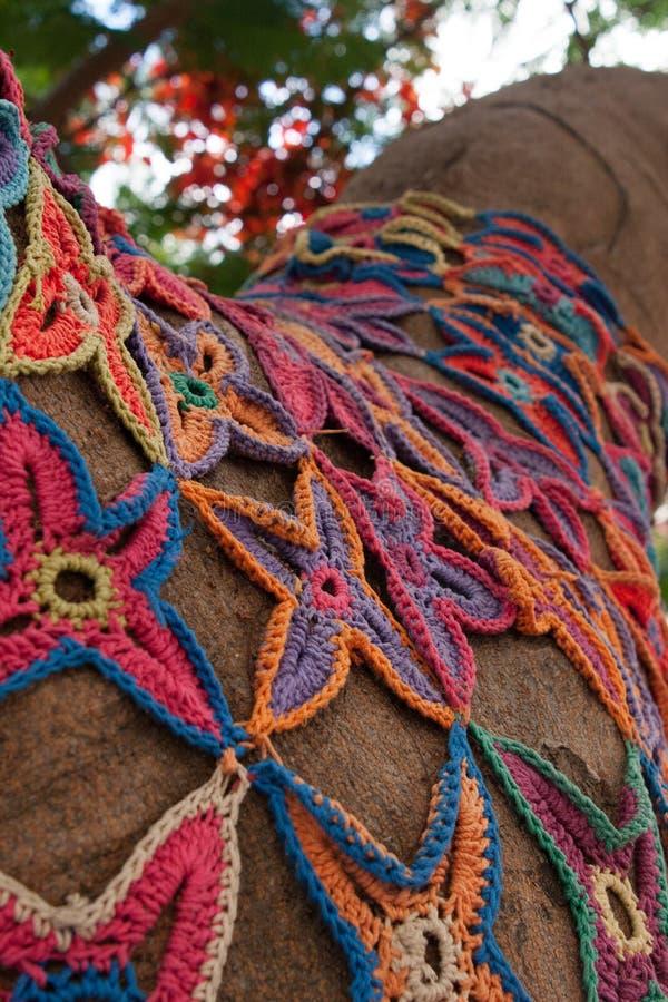 Mosaico De Punto Del Modelo De Flores En árbol Foto de archivo ...