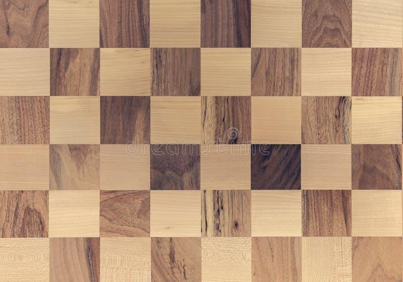 Mosaico de um de madeira tabela de superfície decorada com partes de raças diferentes e textura da madeira Placa de xadrez Ches d fotos de stock royalty free