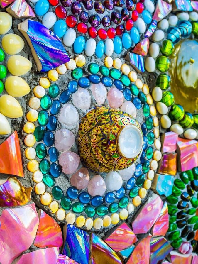 Mosaico de vidro colorido e copo cerâmico imagem de stock royalty free