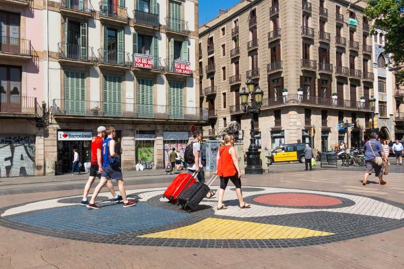 Mosaico della pavimentazione da Joan Miro su La Rambla a Barcellona, Spagna immagini stock