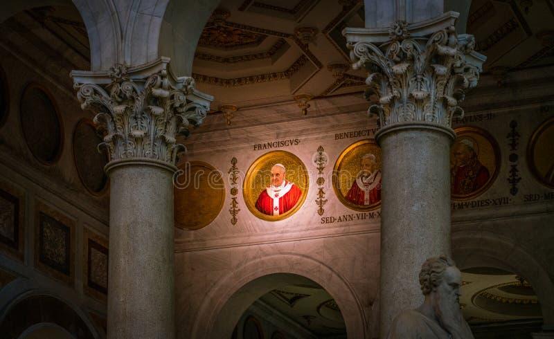 Mosaico di papa Francis nella basilica del san Paul Outside le pareti, a Roma immagine stock libera da diritti