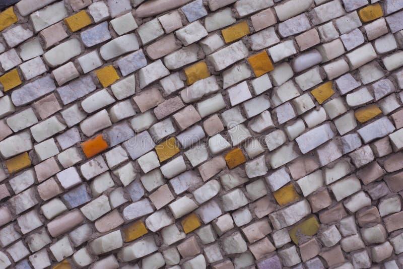 Mosaico di pietra naturale del quadrato, il modello su una parete interna o pavimento Modello rosa porpora dell'estratto su fondo fotografie stock libere da diritti