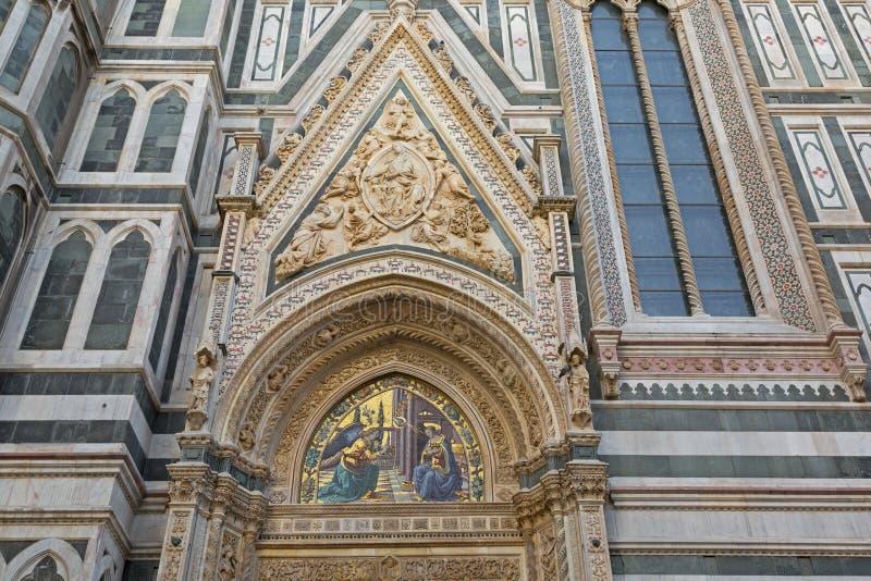 Mosaico do aviso em portas da amêndoa de Florence Cathedral, Itália imagens de stock royalty free