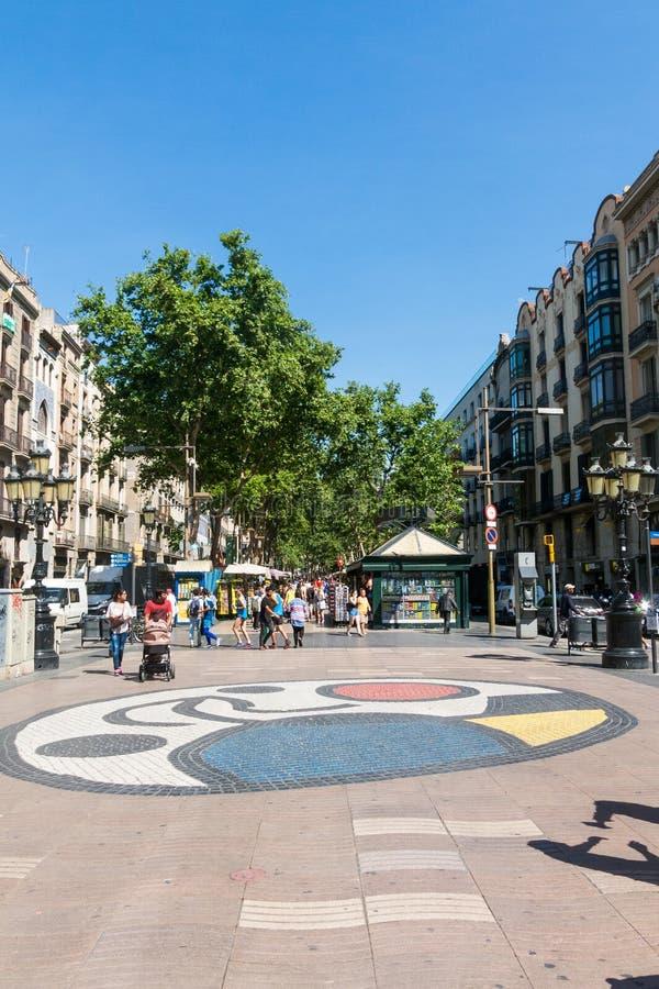 Mosaico do pavimento por Joan Miro no la Rambla em Barcelona, Espanha fotografia de stock