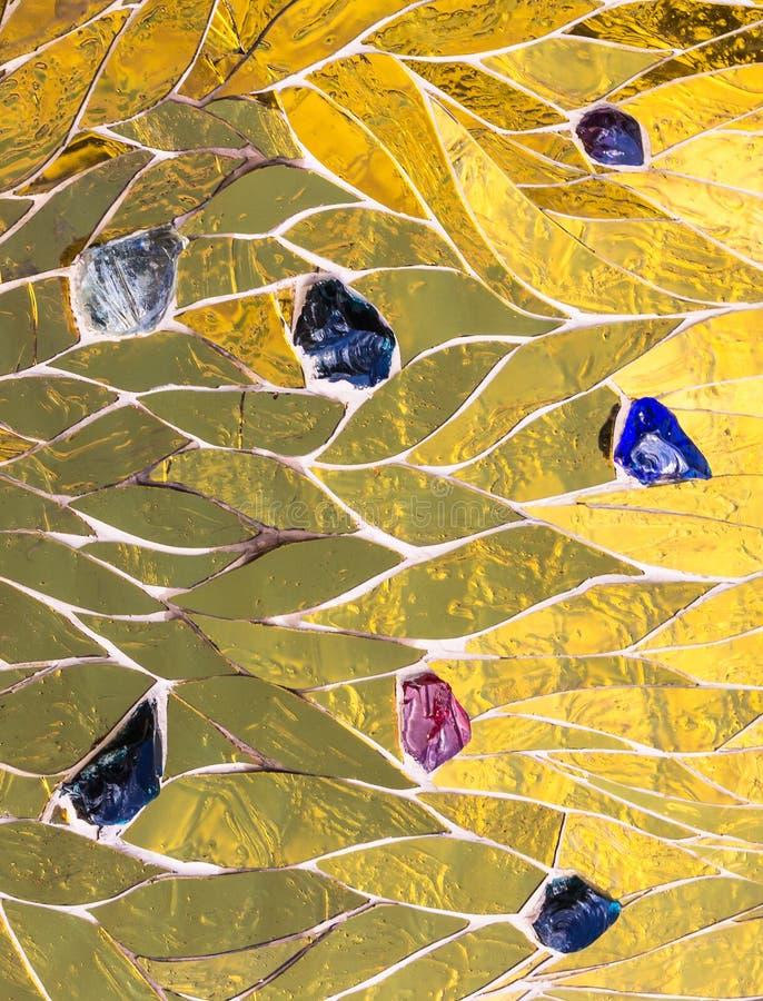 Mosaico dorato decorato con il fondo colorato delle pietre Metalli lucido brillante luminoso dell'oro giallo di struttura decorat fotografia stock libera da diritti