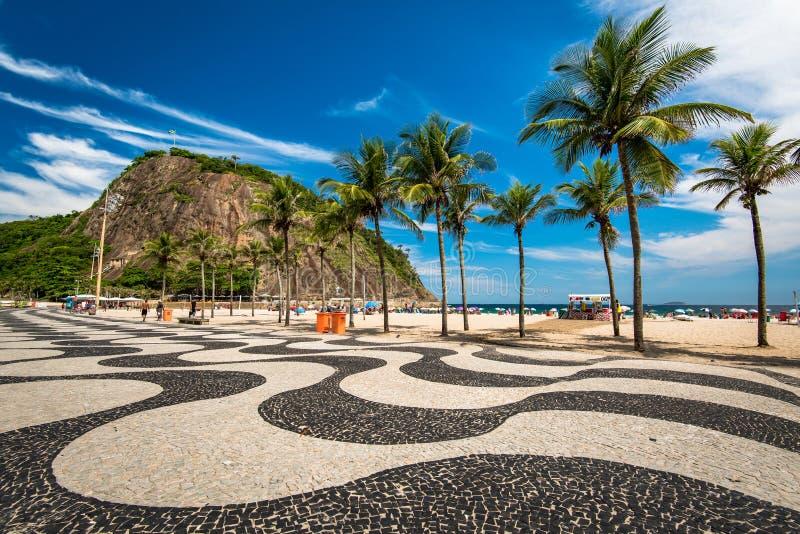 Mosaico e palmeiras do passeio de Copacabana fotos de stock royalty free