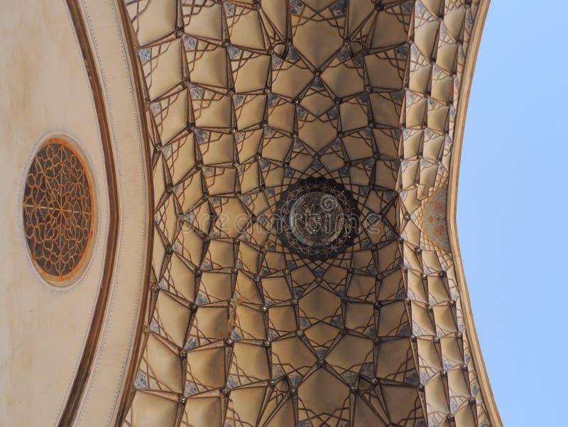 Mosaico hermoso del diseño del techo en el palacio tradicional iraní imagen de archivo