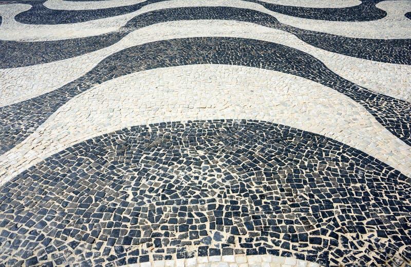 Mosaico icônico preto e branco pelo teste padrão velho do projeto em Copacaban fotos de stock