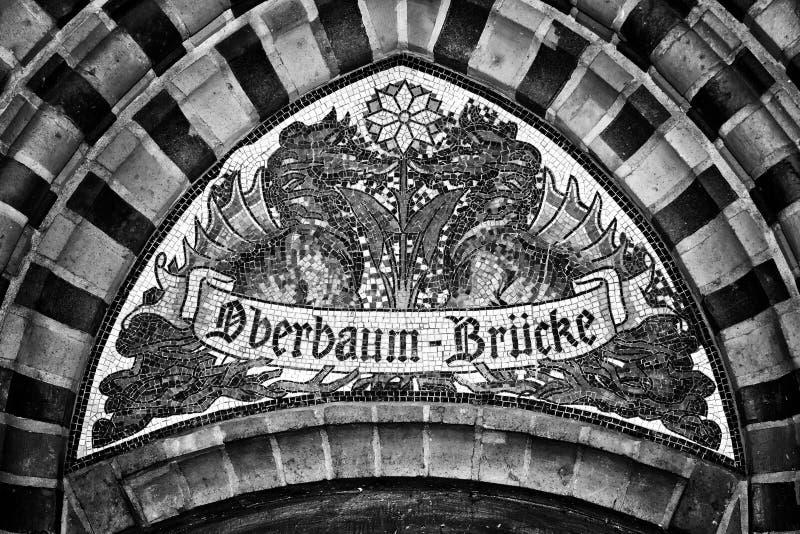 mosaico Indicador para nombrar el puente Oberbaumbruecke berlín alemania fotografía de archivo libre de regalías