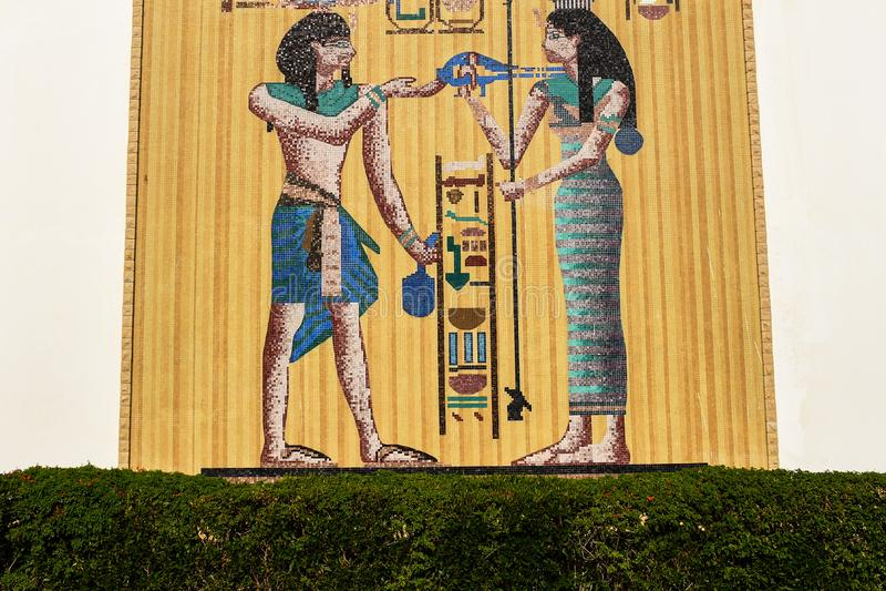 Mosaico motore dell'Egitto su una grande parete fatta dei piatti dorati fotografie stock libere da diritti