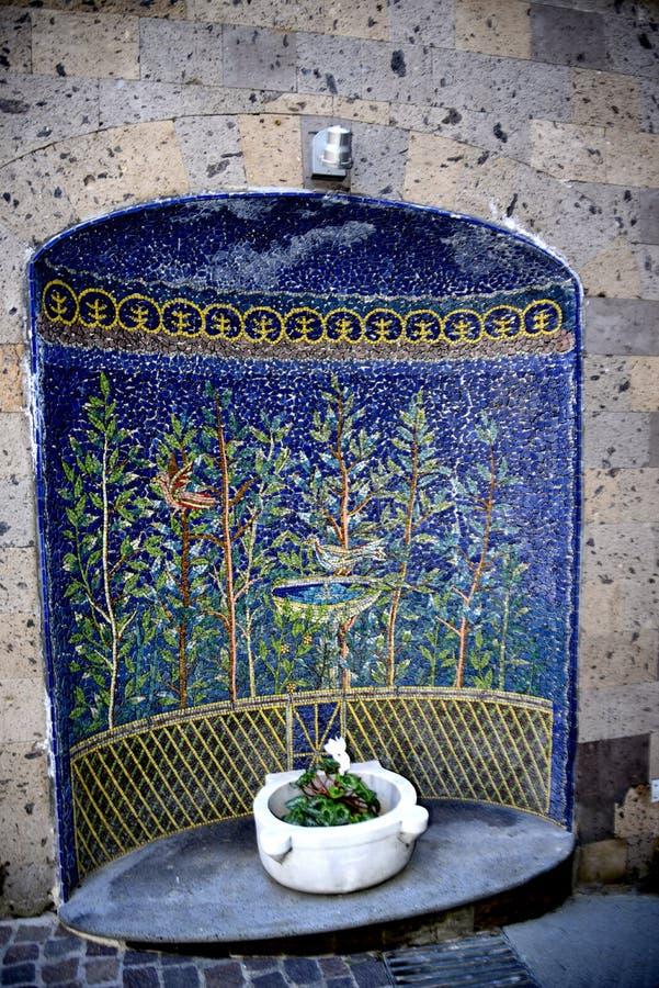 Mosaico na parede na cidade velha de Sorrento foto de stock