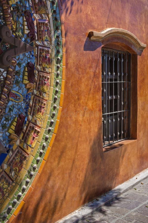 Mosaico vibrante e janela na luz solar mexicana fotografia de stock
