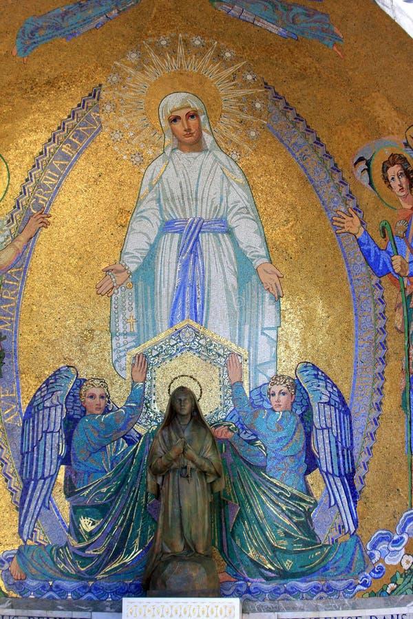 Mosaico y estatua religiosos en Lourdes imagen de archivo libre de regalías