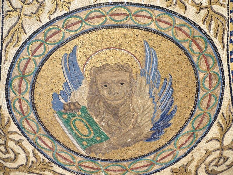 Mosaicos bonitos na fachada exterior da catedral de St Marc em Veneza fotos de stock