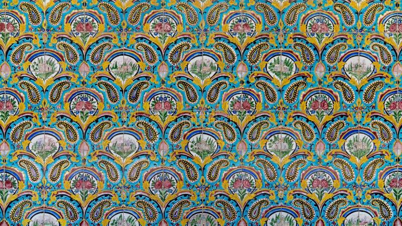 Mosaicos de pintura colorida na parede do Palácio de Golestan, Teerão, Irã imagens de stock