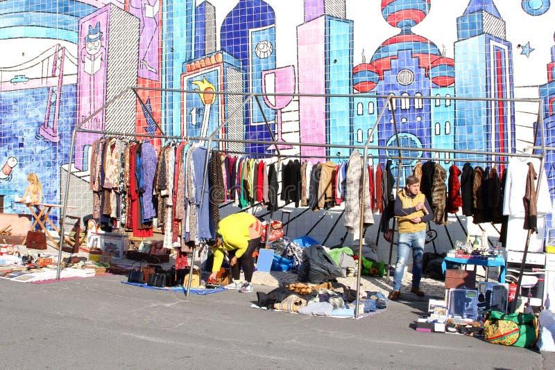 Mosaicos de segunda mano de la ropa del mercado de pulgas, Lisboa foto de archivo