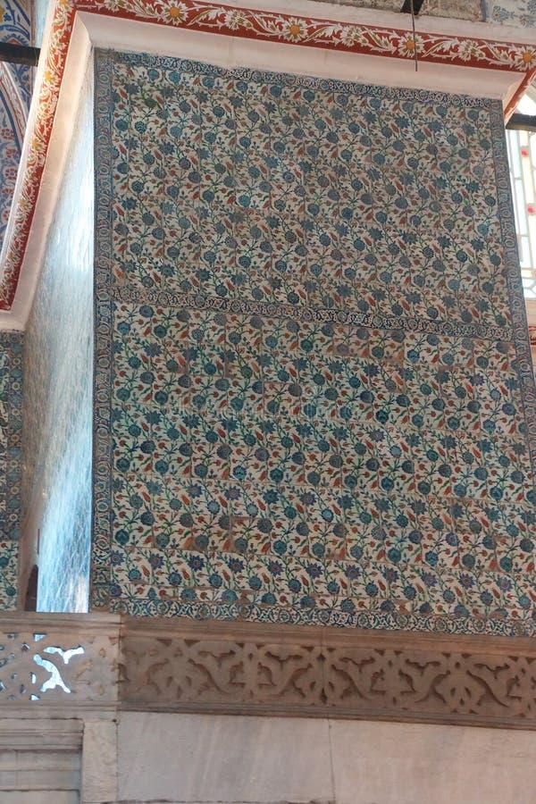 Mosaicos intrincados da mesquita azul imagem de stock