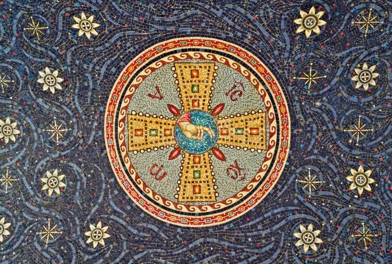 Mosaik auf Dichtung des Klostereingangs, Serbien stockfotografie