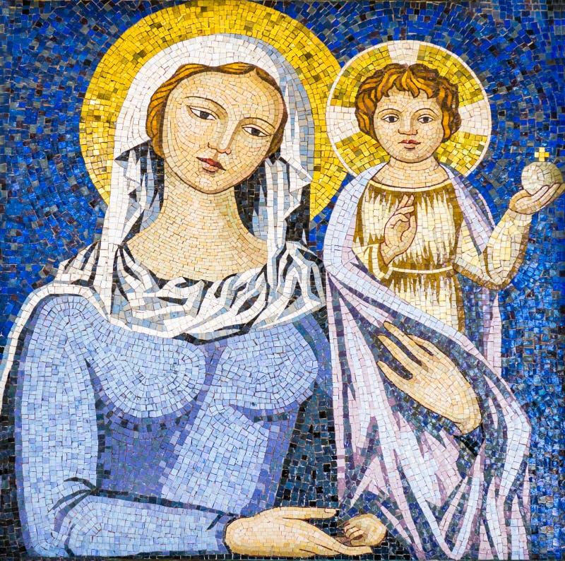 Mosaik av jungfruliga Mary som rymmer Jesus Christ royaltyfri bild