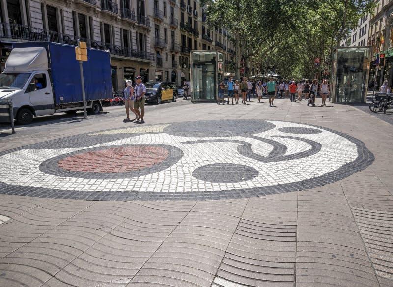 Mosaik Barcelonas, Spanien Juan Miro mit Menge auf La Rambla-Bereich stockfotografie