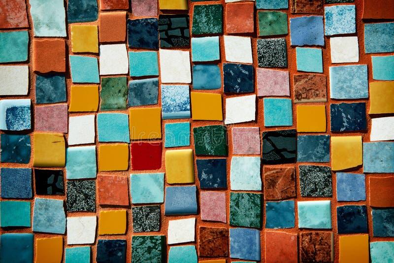 Mosaik med kulöra tegelplattor på en vägg arkivfoto