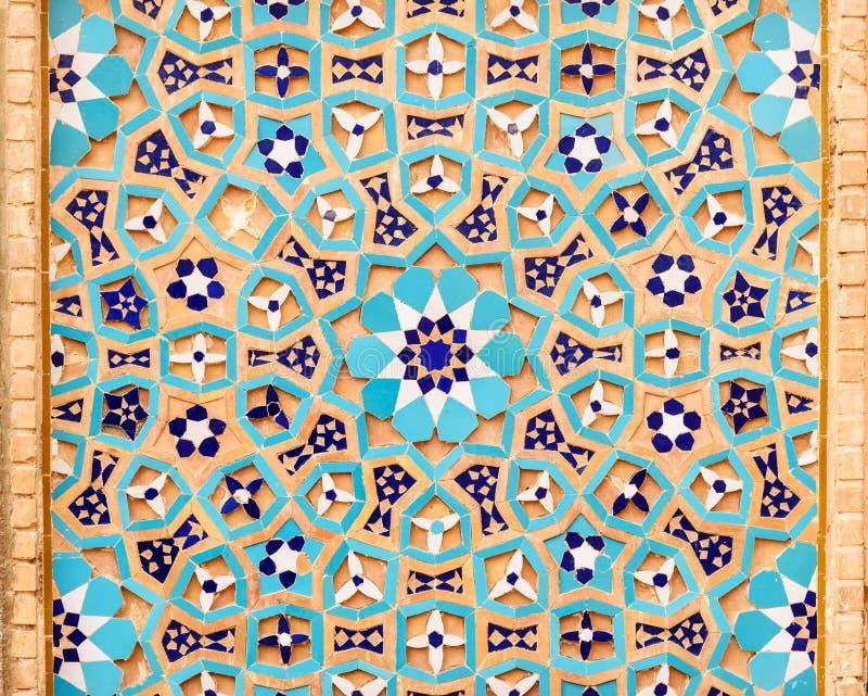 Mosaik på väggen av mausoleet för Seyed Rokn-al buller i Yazd iran royaltyfria bilder