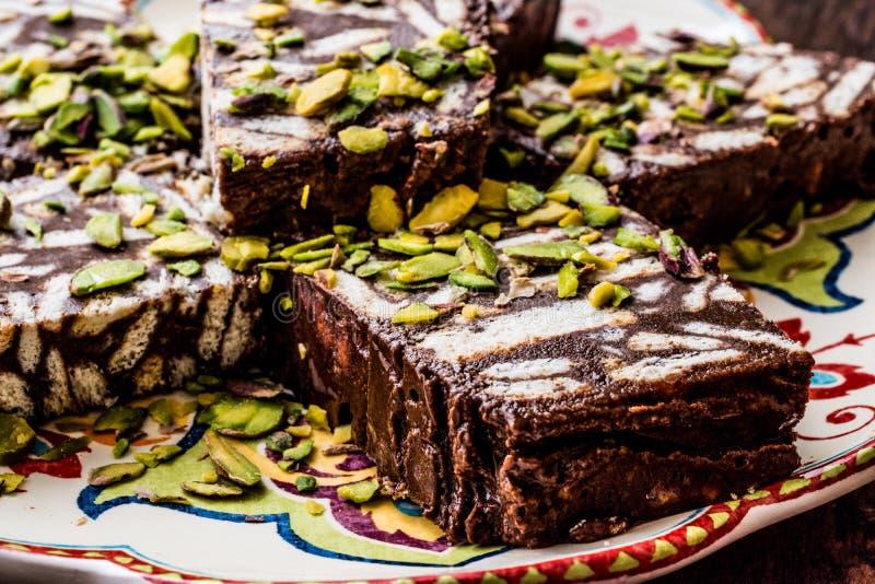Mosaik-Schokolade und Keks-Kuchen mit Pistazie lizenzfreie stockfotos