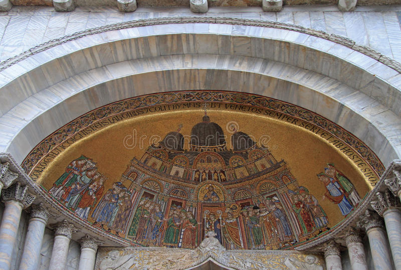 Mosaik som förläggas över ingången av Sten Mark Basilica arkivfoton