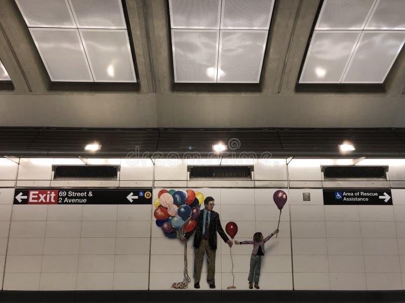Mosaik som göras av tegelplattor på den 2nd avenygångtunnelen arkivbild