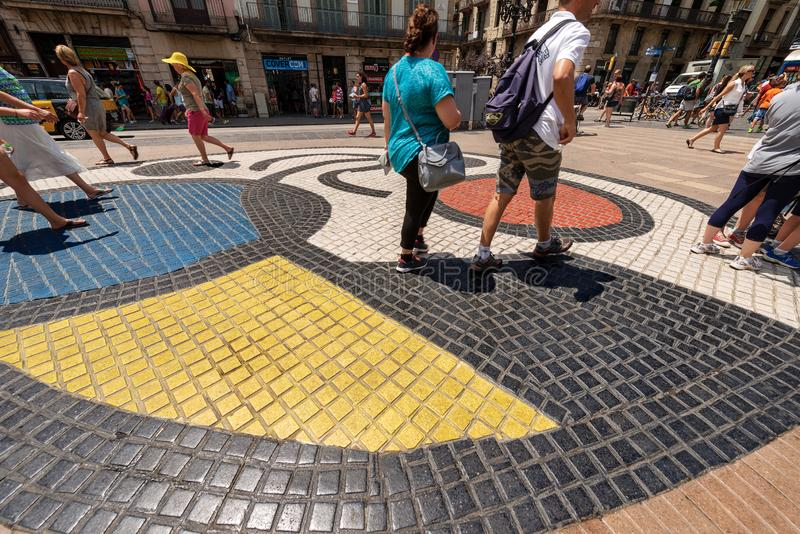 Mosaik vid Joan Miro - Rambla - Barcelona Spanien royaltyfri fotografi