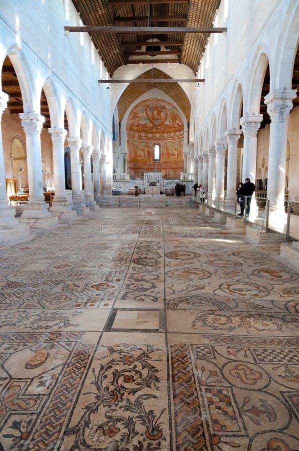 Mosaiker och insida av Basilika di Aquileia arkivfoto