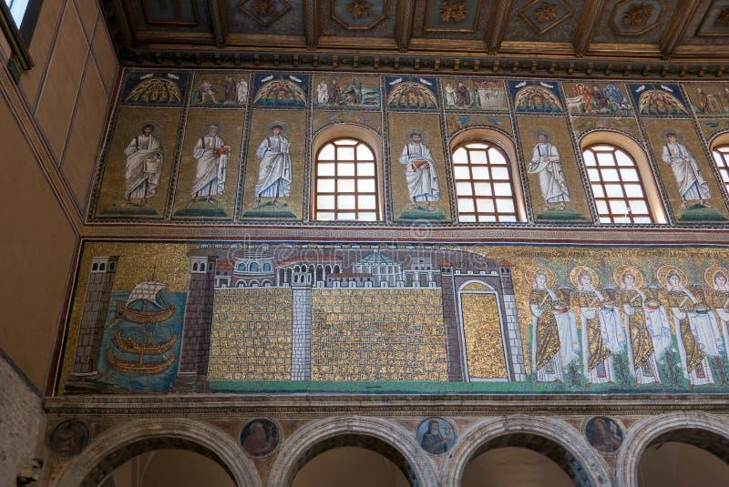 Mosaiker p? v?nster sidav?ggen av skeppet av basilikan av Sant Apollinare Nuovo i Ravenna italy arkivbild